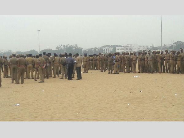 Jallikattu: Police start removing protesters from Marina Beach, Chennai