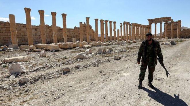Syria: Islamic State group 'kills 12' in Palmyra