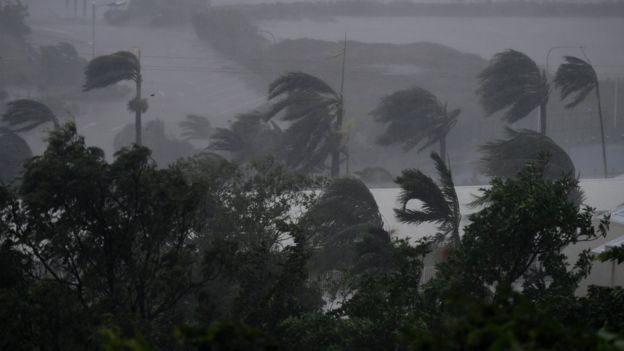 Cyclone Debbie: 'Monster' storm makes landfall in Australia