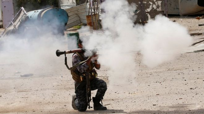 Mosul battle: Iraqi forces edge closer to key mosque