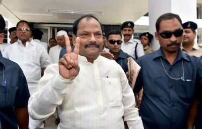 Ranchi: Jharkhand Chief Minister Raghubar Das flashes victory sign as he comes out from the House moments after state Assembly passed the GST bill. PTI Photo  (PTI4_27_2017_000121B)