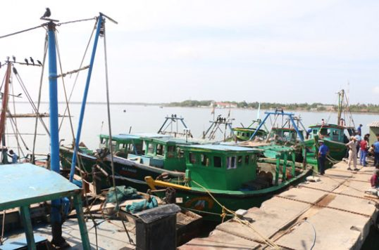 Confrontation near Delft- SL Navy arrests 49 Indian fishermen after they attempted to abduct Navy man