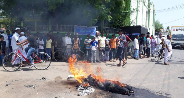 Muslims in  Jaffna demonstrate against MPc, Asmin, burn his effigy