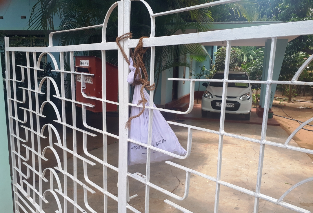 Eastern University students hang  Rs.7,000/= 'Blood Money' on Thavarajah's Gate