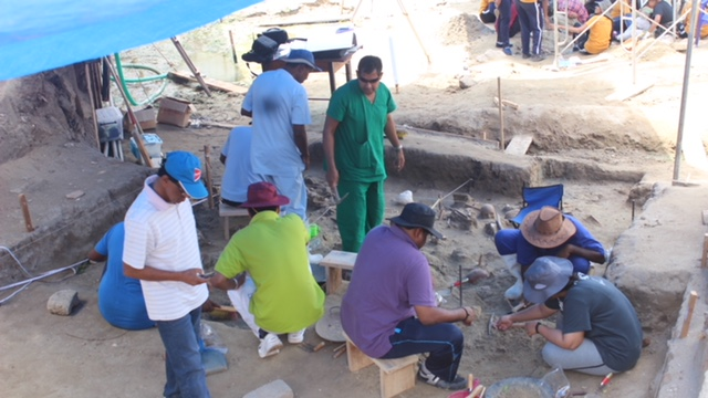 Students of University of Kelaniya join the excavations for human remains at Mannar Sathosa 2