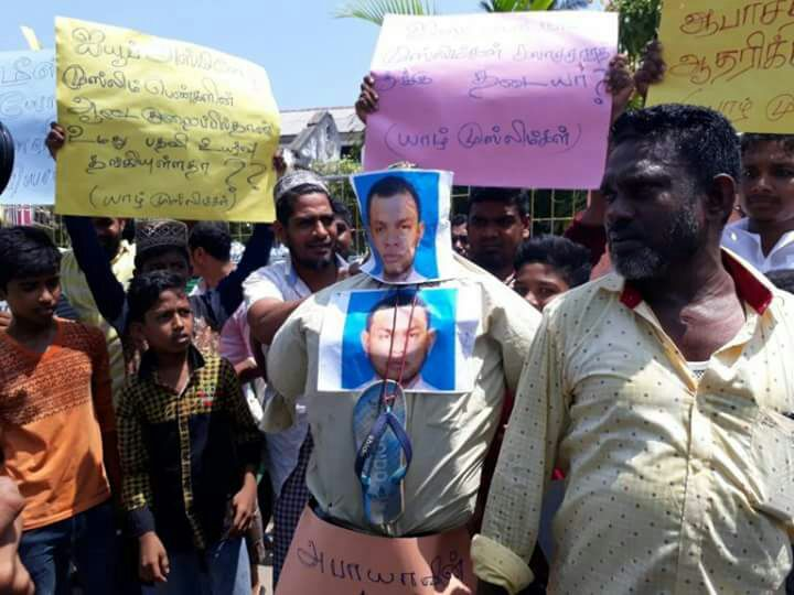 Effigy of MPc Asmin burned by Muslims in front of Muhaitheen Jumma Mosque