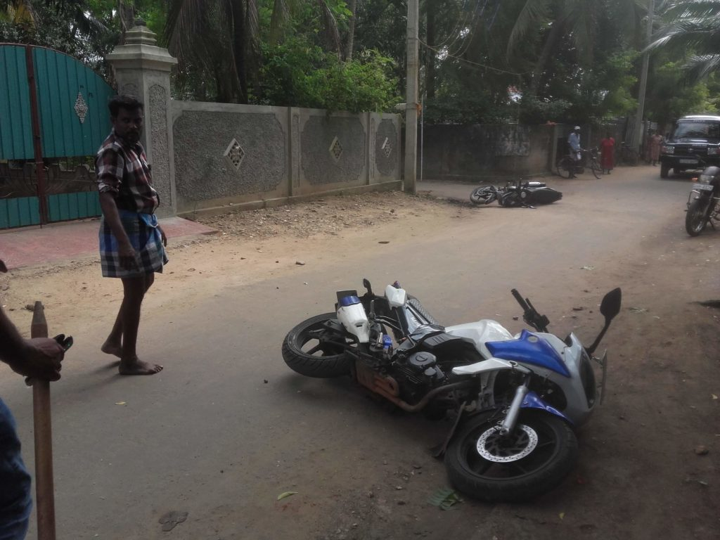 Sword wielding gang on 30 Motor cycles driven away by Kokkuvil  people – 4 arrested with 6 motor cycles