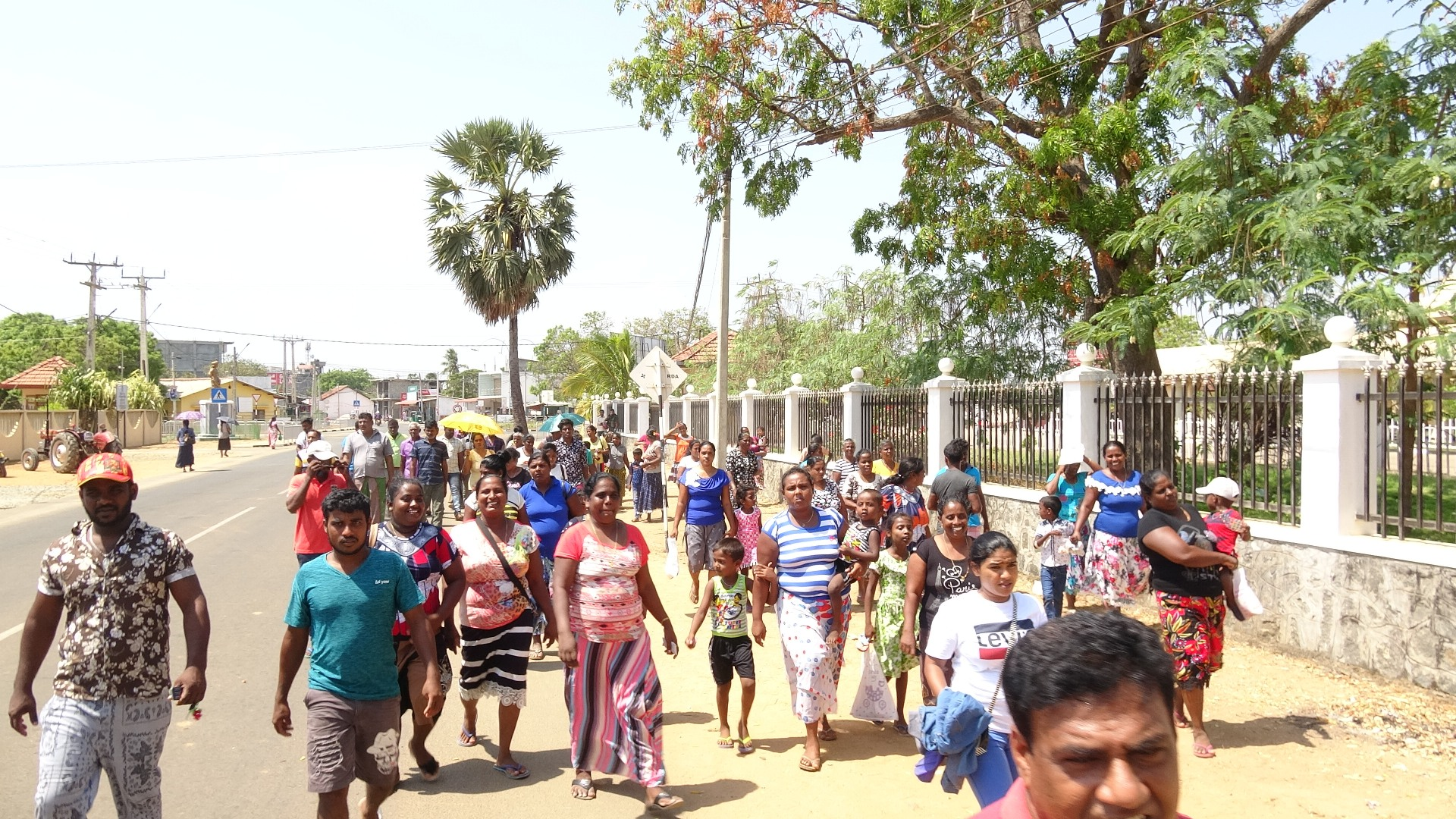 Sinhalese people siege Mulaitheevu District Secretariat demanding housing scheme